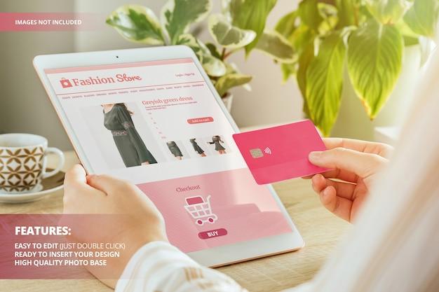 家のモックアップからオンラインでドレスを購入する現代の女性