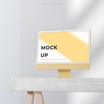 白い背景の3dレンダリングでウェブサイトのブランディングのためのモダンな黄色のデスクトップpcモックアップ