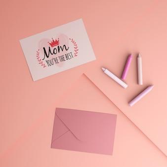 Carta e busta di celebrazione di festa della mamma con il modello
