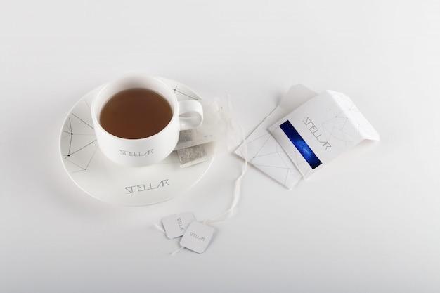Кружки и чайный пакетик макете дизайна