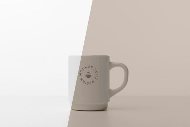テーブルの上にコーヒーのモックアップとマグカップ