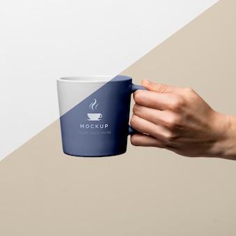 Tazza con caffè mock up sul tavolo