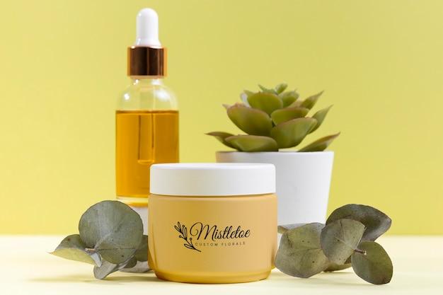 Disposizione di cosmetici naturali con pianta