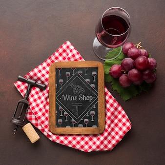 Натуральное вино в бокале с рамкой