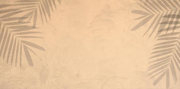 갈색 콘크리트 벽에 그림자 야자수 잎의 자연 여름 배경