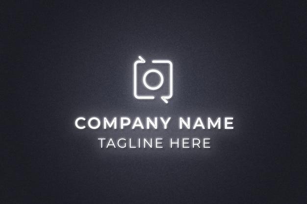 Макет логотипа неонового света на стене с темным фоном