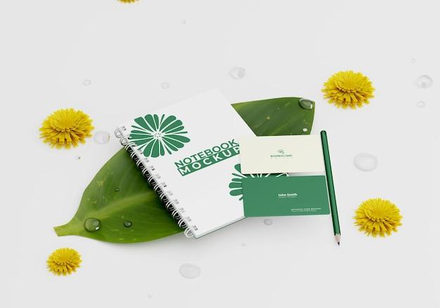 Макет ноутбука и визитки на листьях