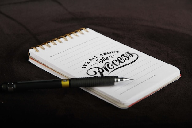 ノートと鉛筆のモックアップ