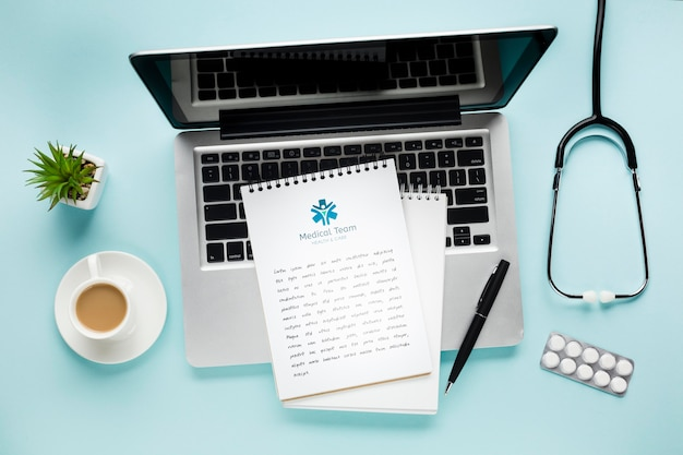 Taccuino sullo scrittorio medico con il computer portatile