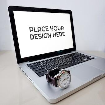 Реалистичный макет ноутбука на столе