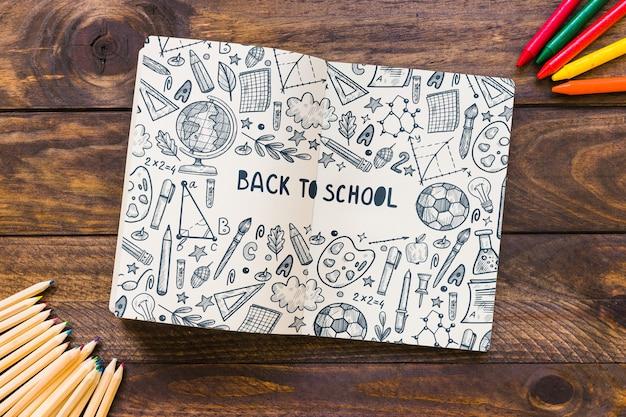 Макет ноутбука со спиной к школьной концепции