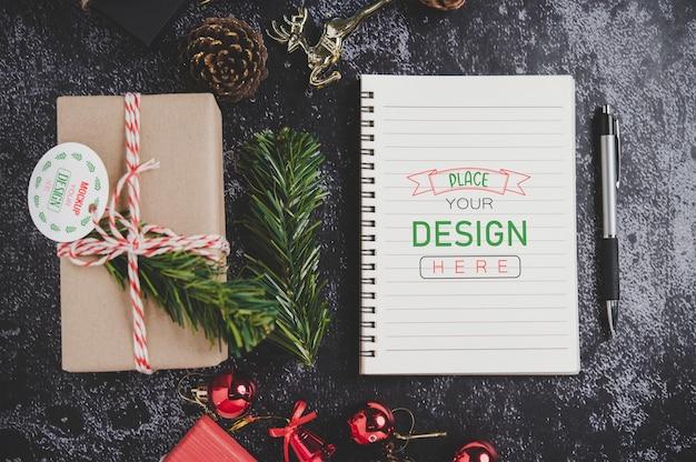 Mockup di notebook con decorazioni natalizie