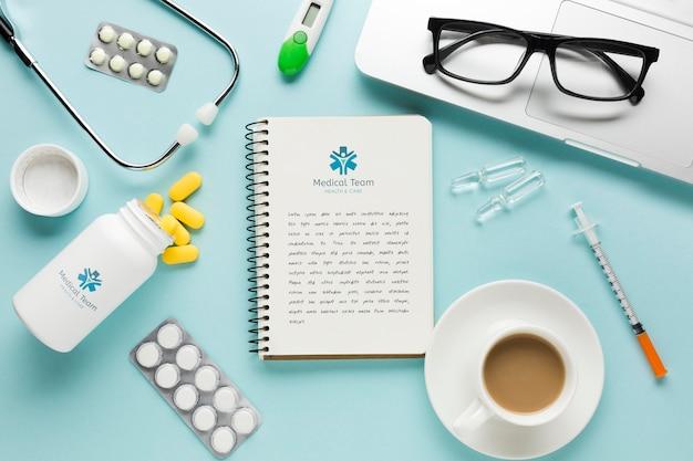 コーヒーと医療の机の上のノート