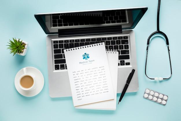 ノートパソコンと医療の机の上のノート