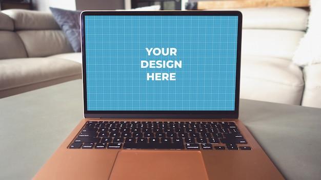 테이블에 노트북