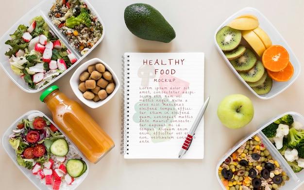 Блокнот в окружении здоровой пищи