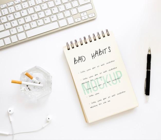 Notebook con elenco di cattive abitudini sulla scrivania