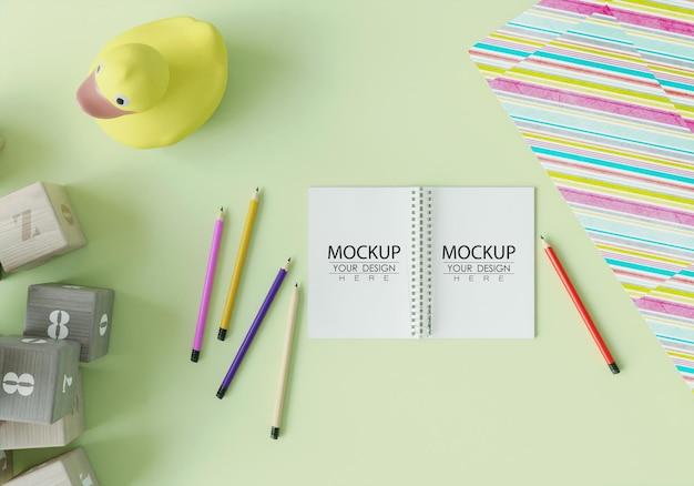 Notebook con mockup dell'area di lavoro