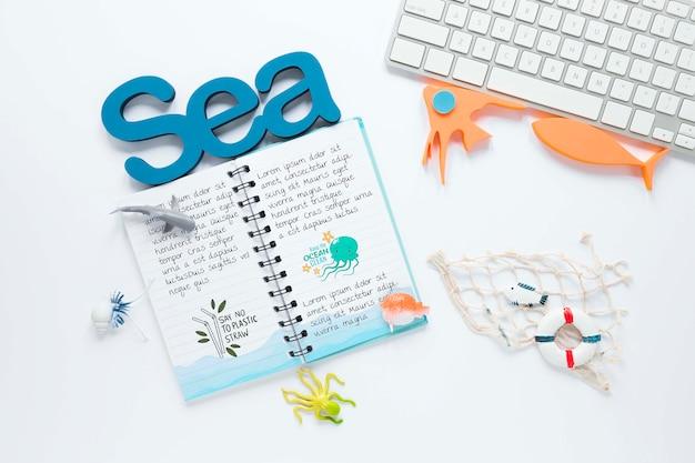 海の日のノートとキーボードのコンセプト