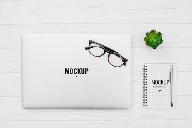 モックアップとオフィスデスクのコンセプト