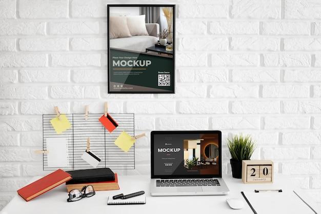 Modello di scrivania da ufficio con dispositivo portatile