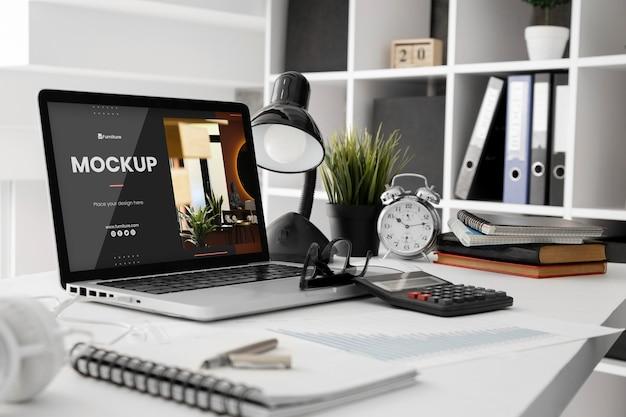 ラップトップデバイスを使用したオフィスデスクのモックアップ