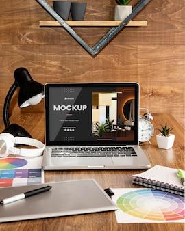 Макет офисного стола с портативным устройством