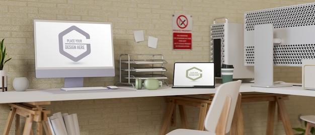 コンピューターとラップトップのモックアップを備えたオフィスデスク