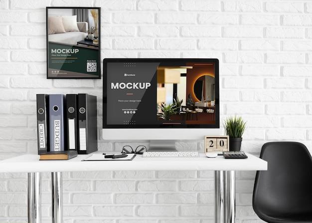 Scrivania da ufficio con mock-up di computer