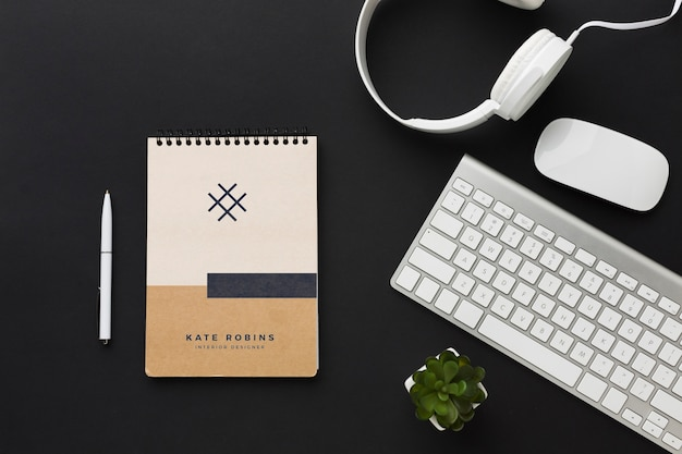 キーボードとノートブックのモックアップを備えたオフィスデスク