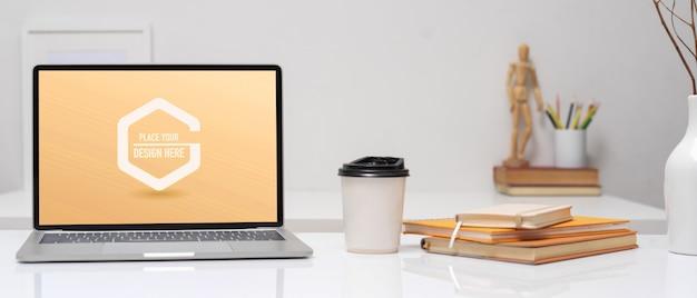 ノートパソコンのモックアップとオフィスデスク