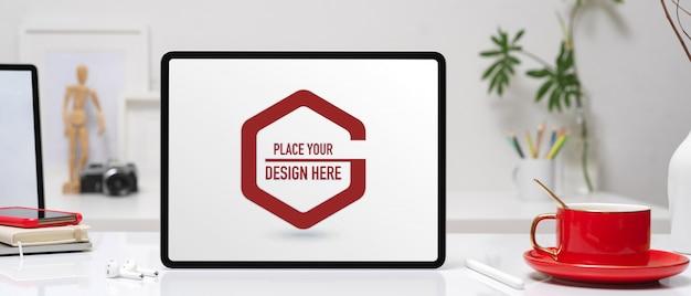 Офисный стол с макетом планшета