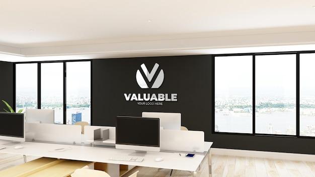사무실 작업 공간의 책상에 컴퓨터가있는 사무실 로고 모형