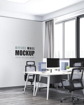 창 벽 모형 옆에 책상과 의자가있는 사무실