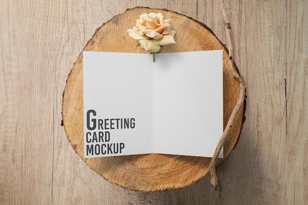 木製のテーブルのモックアップでグリーティングカードを開く