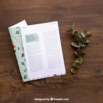 열린 잡지 모형 및 잎