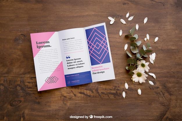 열린 잡지 모형 및 꽃잎