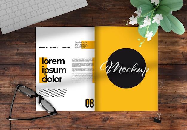 Открыть журнал на рабочем столе, макет с элементами декора