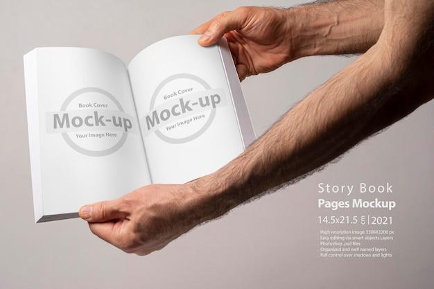 空白のページのモックアップが分離された開いた本