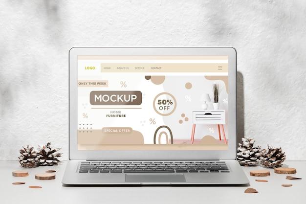 Mockup di laptop aperto sul tavolo circondato da decorazioni autunnali