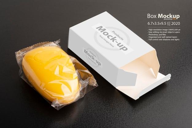 Открытый макет желтого мыльного пакета на черной поверхности