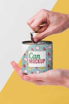 缶を開ける