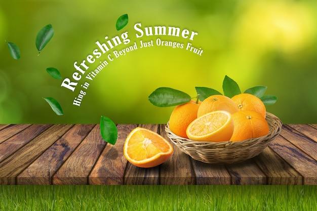 木製のテーブル上のバスケットのオレンジ色の果物