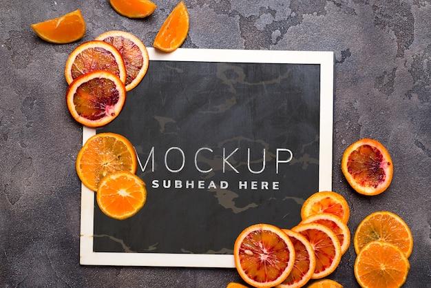 モックアップの黒い黒板にオレンジ色のリング。
