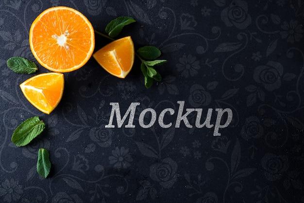 Апельсиновые дольки и мята на каменном макете