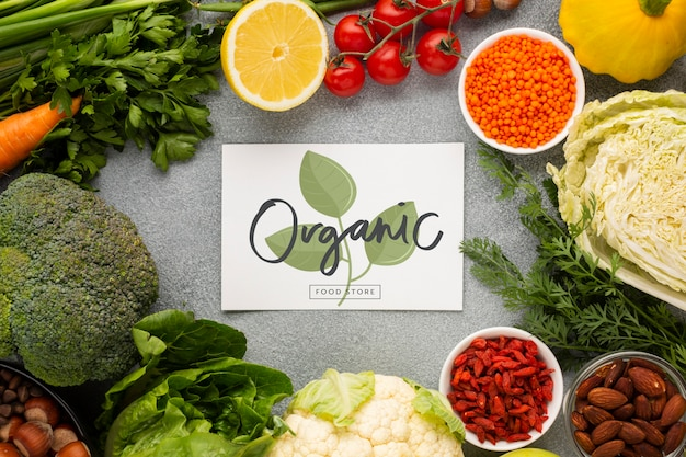 채소로 둘러싸인 유기농 모형 카드