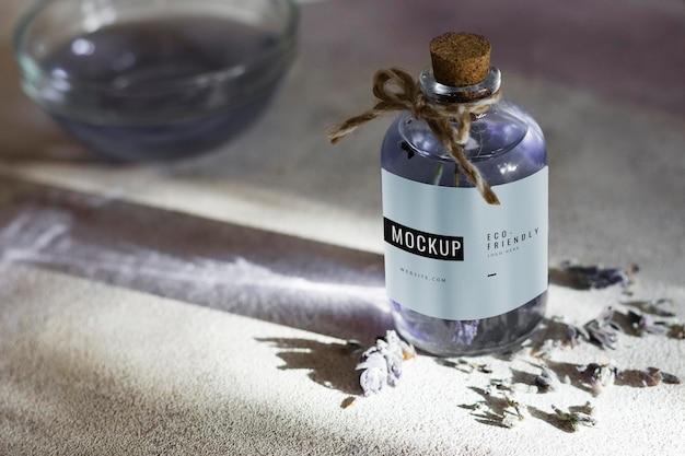 Бутылка с органической сывороткой на столе
