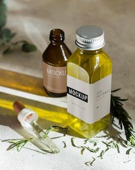 Бутылки с органической сывороткой на столе