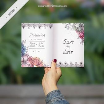 水彩画の花装飾用の結婚式の招待状のモックアップ