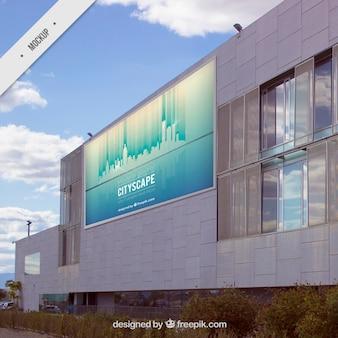 현대적인 건물에 옥외 광고 판